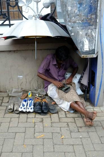 道端の靴修理