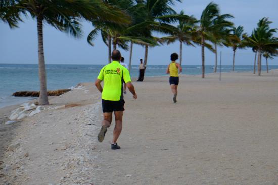 ビーチで走る人