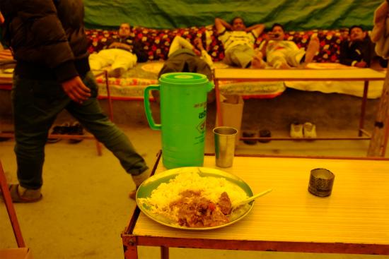 マナリからレーまでの道の休憩所でカレーを食べる