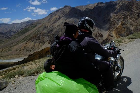 マナリからレーまでの道をバイクでツーリング