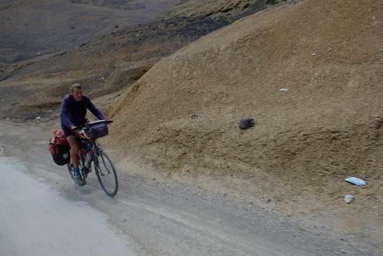 マナリからレーまで自転車で駆け抜ける人