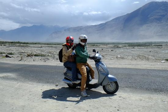 PNAMIKパナミック村までの道でパンク修理中に現れたインド人