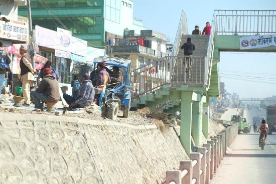 ネパールの公共バス程までの道