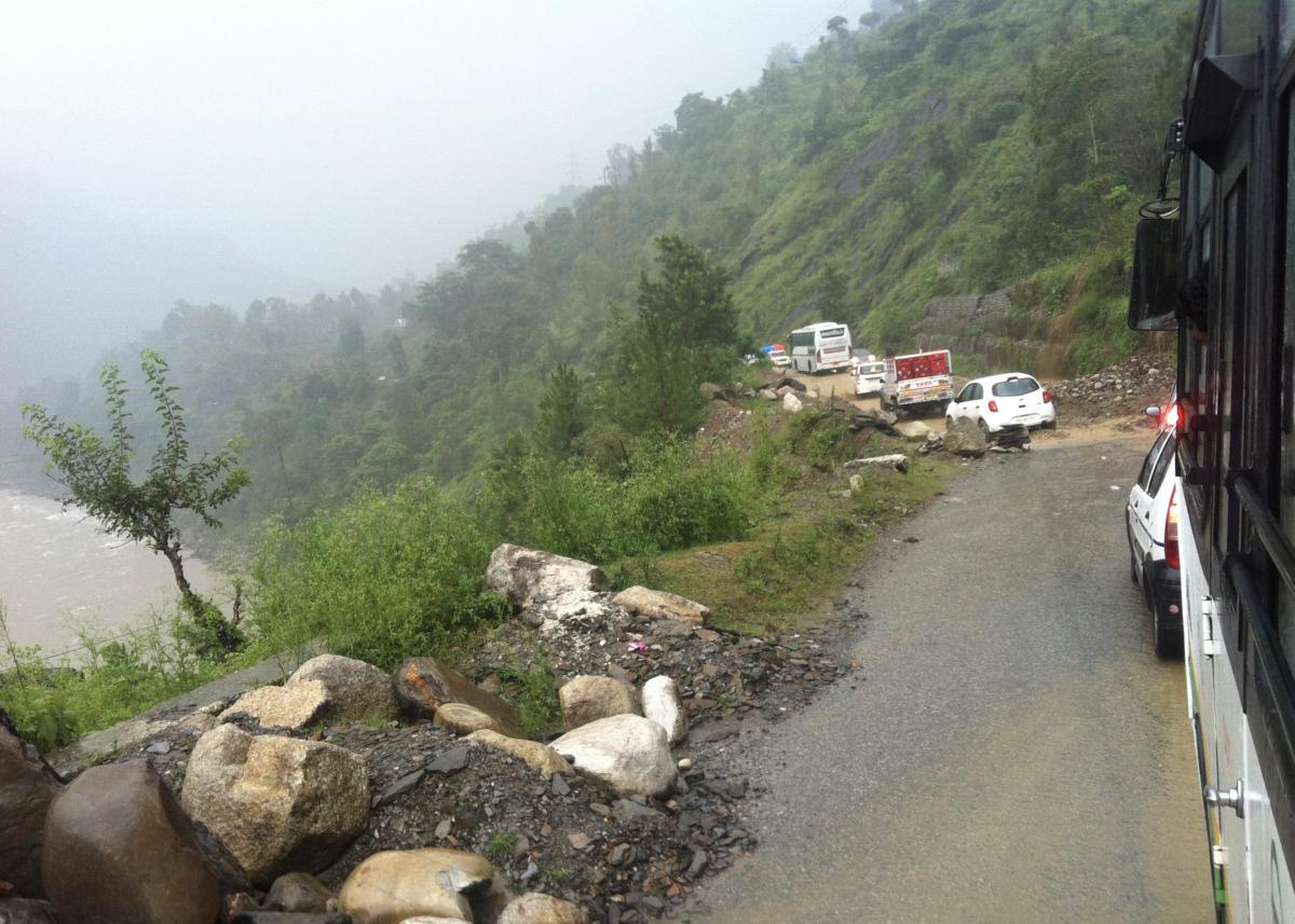 北インドの山道で大雨のため見市が塞がれて立ち往生する車