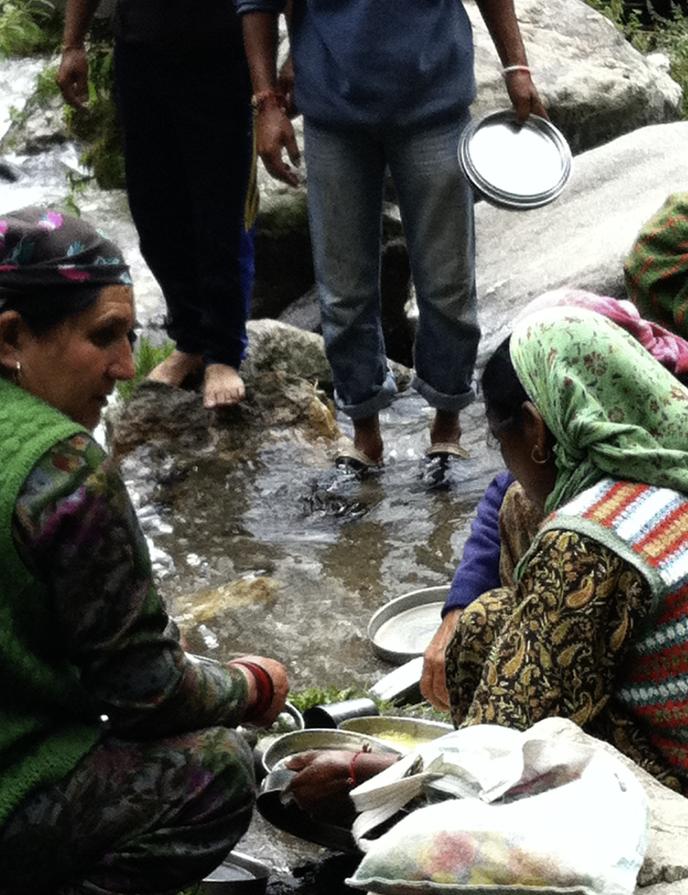 川で食器を洗うインドの女性