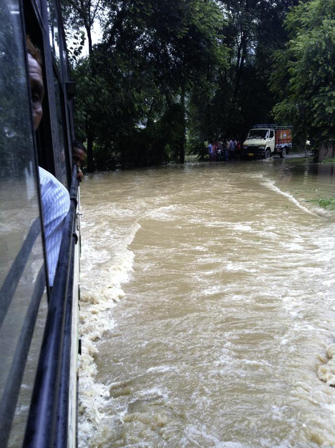 インドの村で大雨のなか走り出すバス。