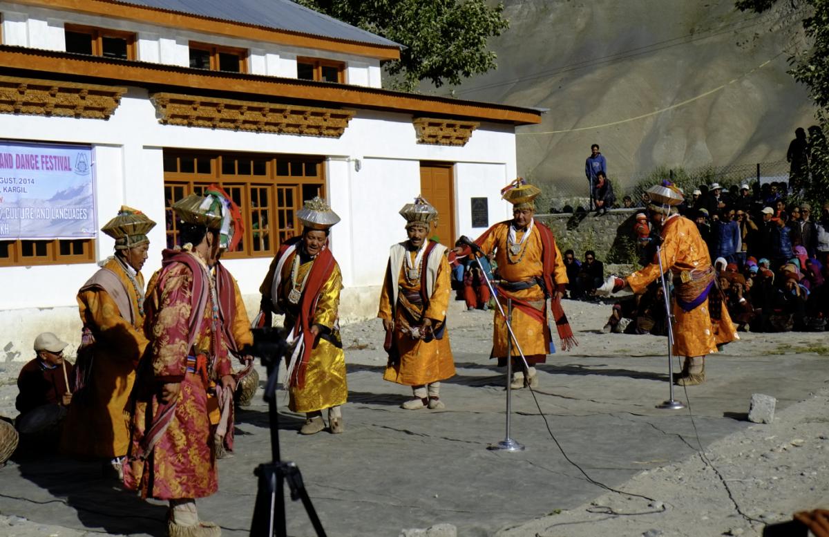 伝統衣装に身を包んだ男性たち