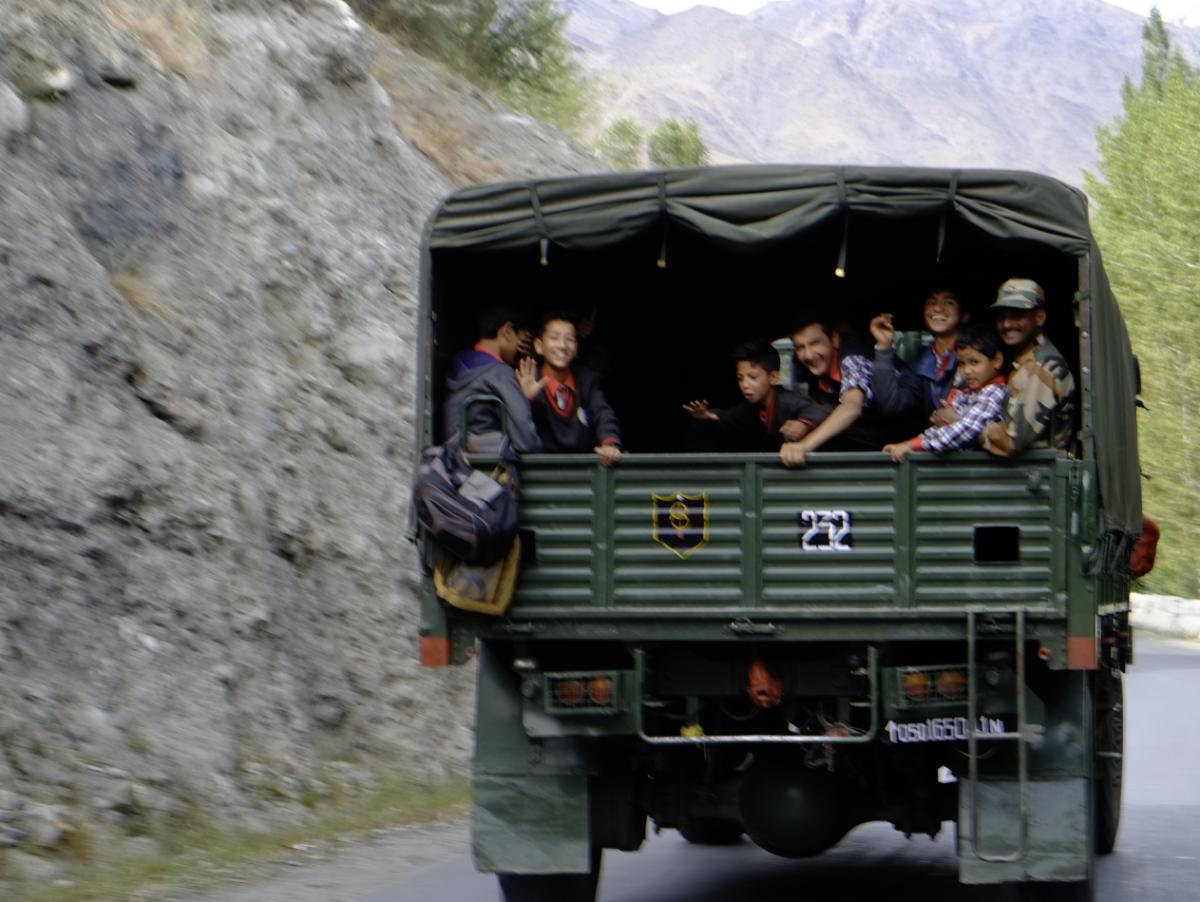 軍事トラックで移動する住民