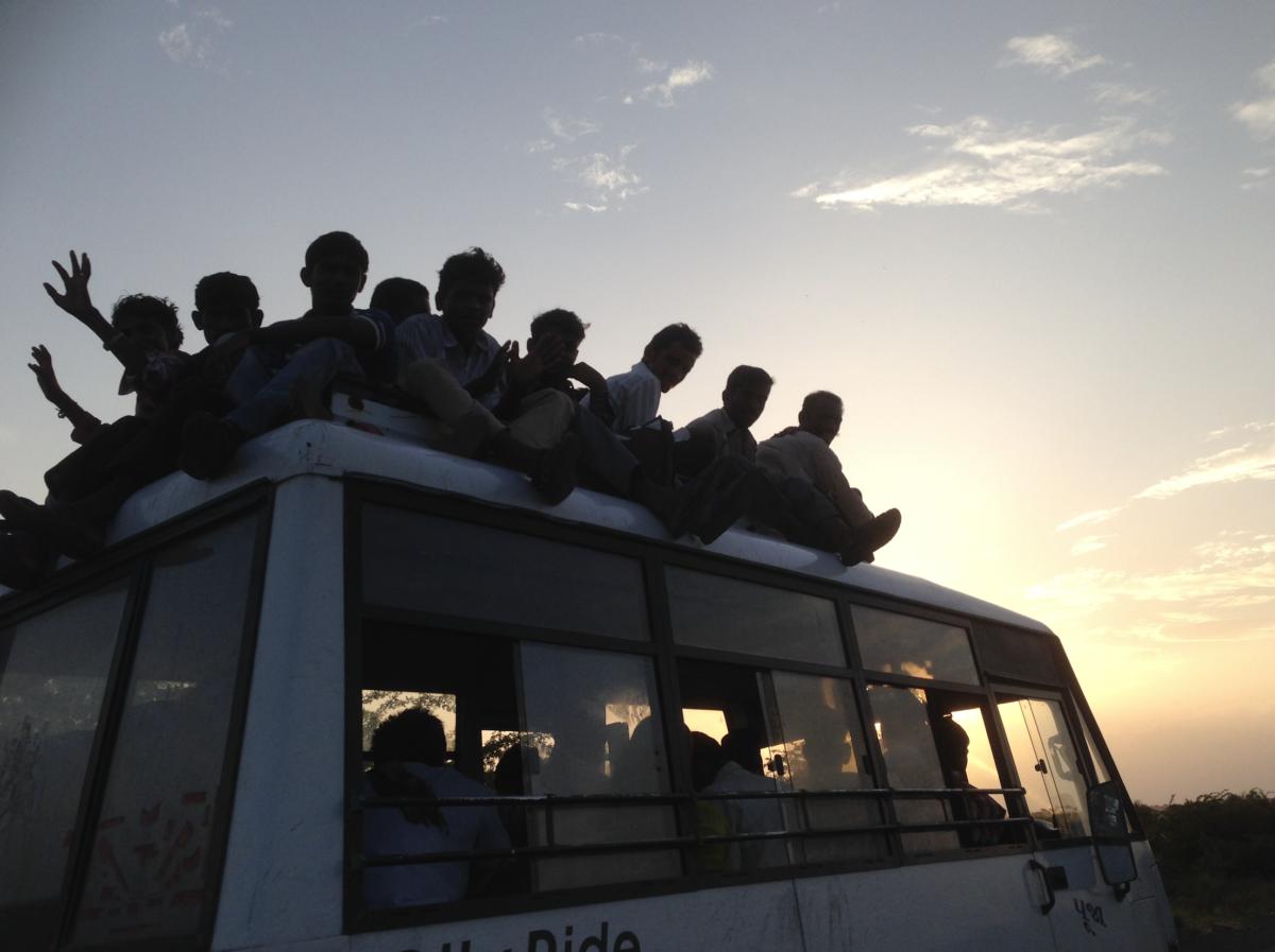 屋根までいっぱいのバス