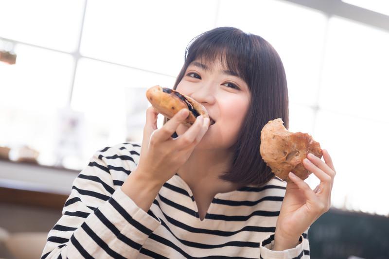 幸せそうに食べる女性