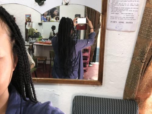 エチオピア編み込みヘアーの女性