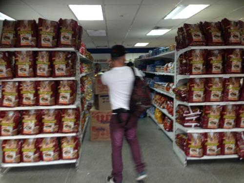 ガラガラのスーパーマーケット。Cdad. Bolívar, ベネズエラ