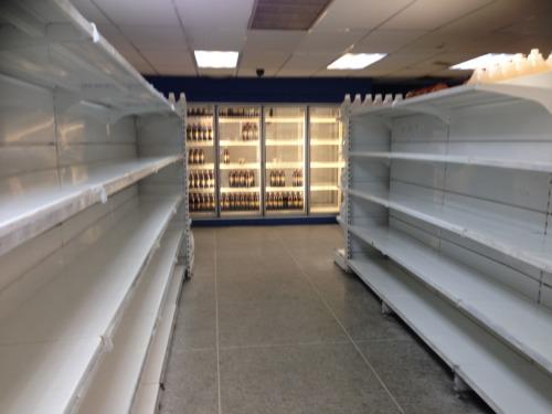 商品のないスーパーマーケット。Cdad. Bolívar, ベネズエラ