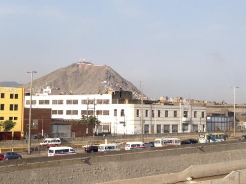 リマ市街地、小高い山がある。