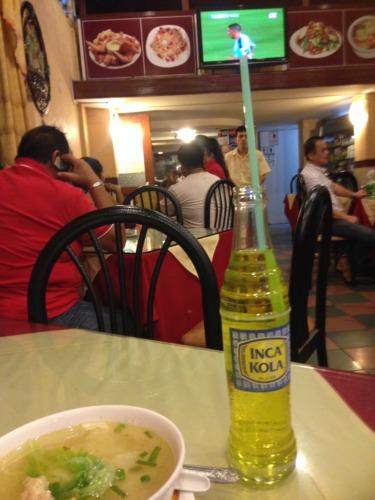 リマの旧市街の中華料理店でインカコーラを頼む