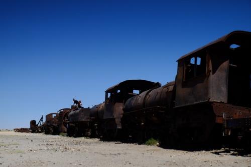 ウユニ塩湖ツアーで廃墟の列車を見る
