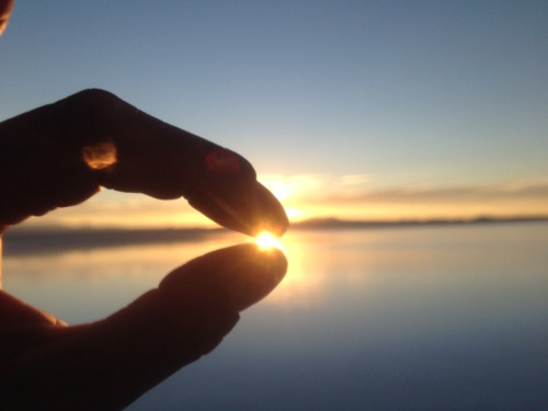 ウユニ塩湖でトリックアートに挑戦 ウユニ塩湖でトリックアートに挑戦