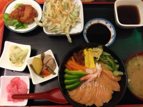 ラパスのけんちゃん、マスのちらし寿司定食。